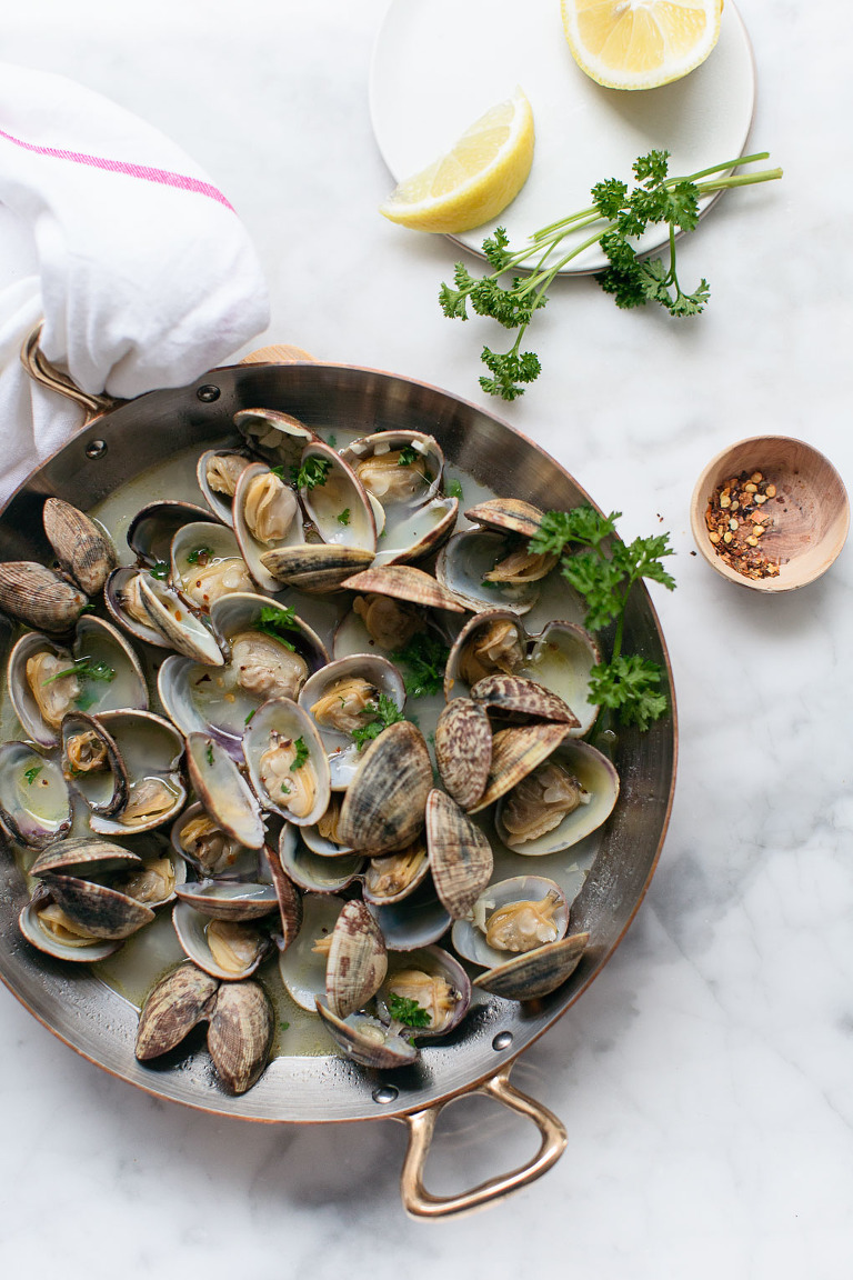 garlicky clams with parsley food photo