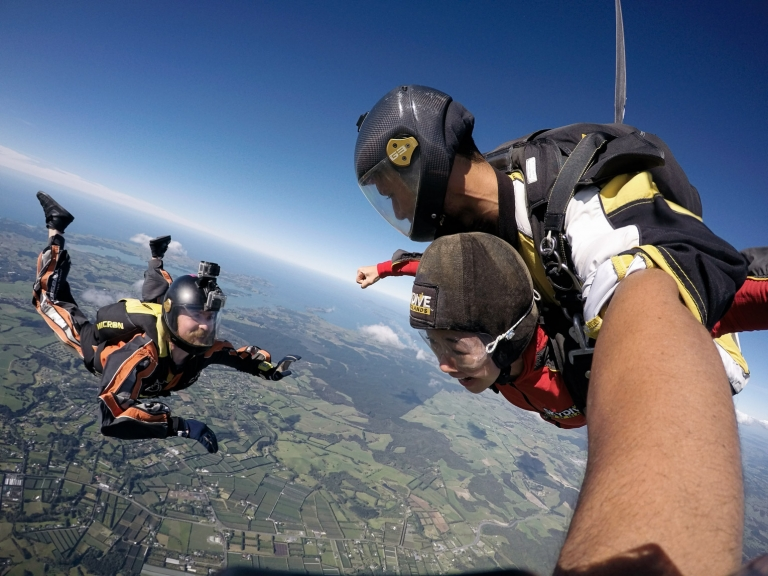 Tandem sky diving with photographers photo